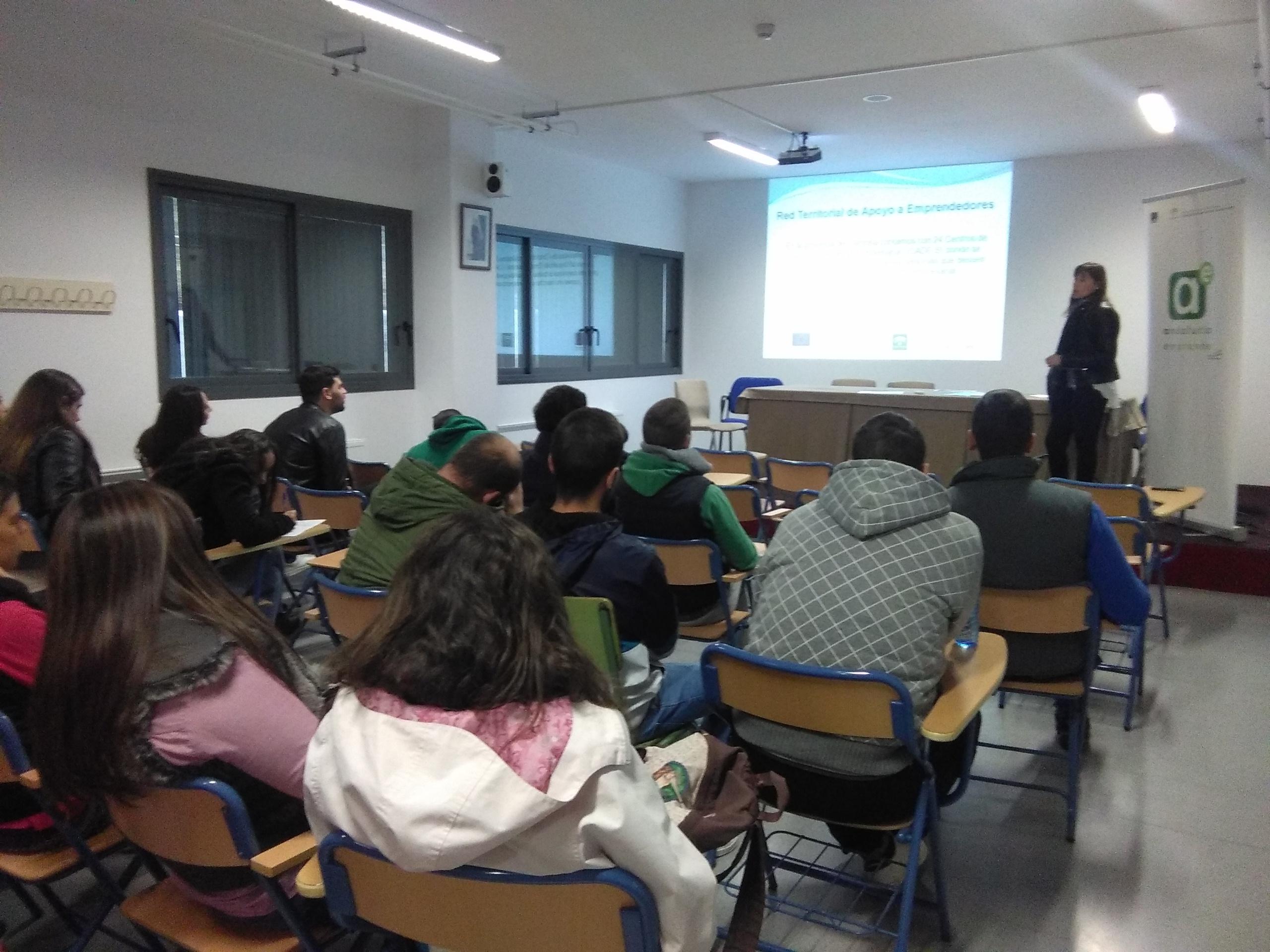 Alumnos del centro participan en una sesión informativa sobre cultura emprendedora