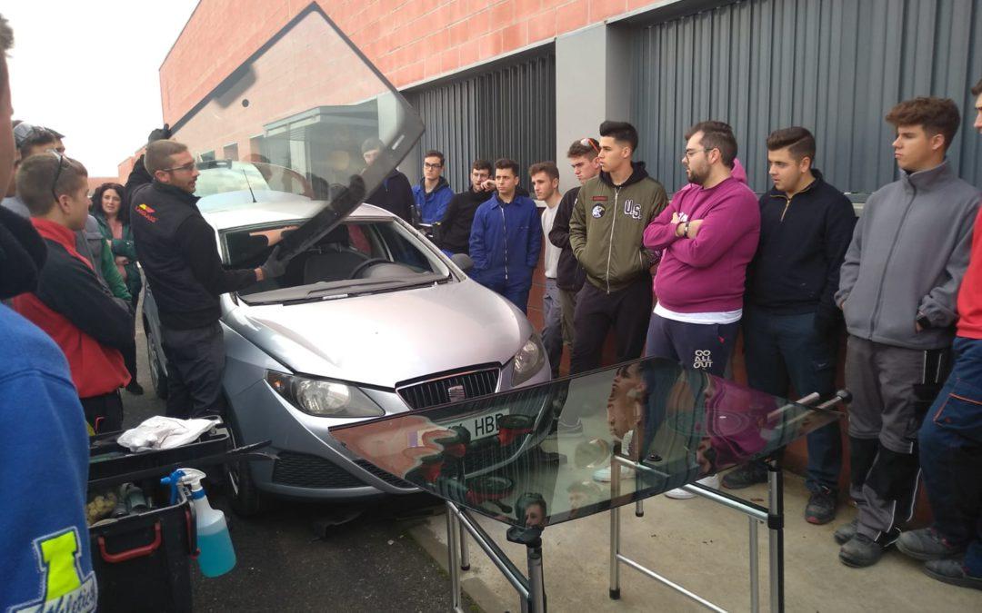 Demostración de sustitución de la luna delantera de coche por la empresa Carglass